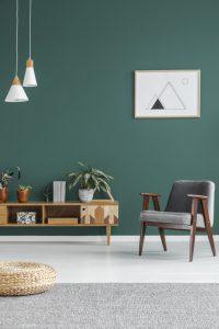 Minimalistisk design med enkel poster på väggen